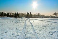背景蓝色雪花白色冬天 积雪的领域在一个晴朗的冬日 免版税库存照片