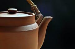背景蓝色黏土黑暗茶壶 库存图片