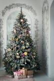 背景蓝色黑暗圣诞节黑暗冷杉雪花结构树 装饰新年度 库存图片