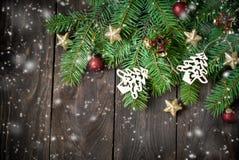 背景蓝色黑暗圣诞节黑暗冷杉雪花结构树 免版税库存图片