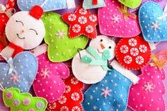 背景蓝色childs圣诞节黑暗的烟花礼品递愉快的藏品孩子线路快活的新的行几的圣诞老人天空雪人结构树年 圣诞节的逗人喜爱的毛毡装饰品 毛毡圣诞树,雪人,心脏,星,手套戏弄 顶视图 免版税库存照片