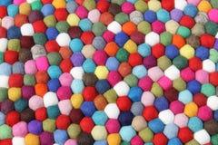 背景蓬松五颜六色的软的球 免版税库存图片
