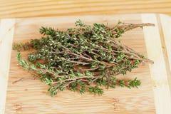 背景蓬蒿花束新鲜的garni草本包括在荷兰芹迷迭香麝香草白色的造币厂的牛至 库存图片