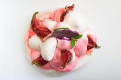 背景蛋糕牌照服务的草莓白色 奶油被装载的饼干 特写镜头 顶视图 库存照片