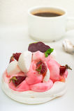 背景蛋糕牌照服务的草莓白色 奶油被装载的饼干 特写镜头 顶视图 免版税图库摄影