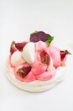 背景蛋糕牌照服务的草莓白色 奶油被装载的饼干 特写镜头 顶视图 库存图片