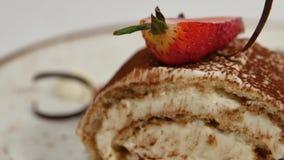 背景蛋糕牌照服务的草莓白色 草莓短小蛋糕 乳脂状的巧克力蛋糕片断在心形的板材的,冠上与心形 影视素材