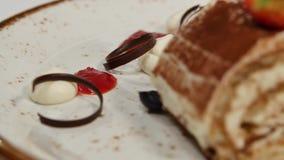 背景蛋糕牌照服务的草莓白色 草莓短小蛋糕 乳脂状的巧克力蛋糕片断在心形的板材的,冠上与心形 股票视频