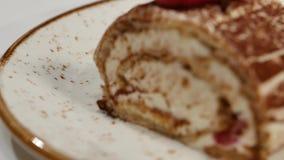 背景蛋糕牌照服务的草莓白色 草莓短小蛋糕 乳脂状的巧克力蛋糕片断在心形的板材的,冠上与心形 股票录像