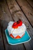 背景蛋糕牌照服务的草莓白色 免版税库存照片