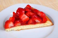 背景蛋糕牌照服务的草莓白色 库存图片