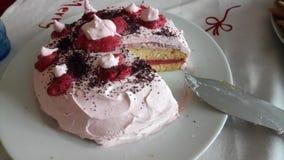 背景蛋糕牌照服务的草莓白色 库存照片