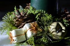 背景蜡烛圣诞节装饰礼品金黄xmas 免版税库存照片
