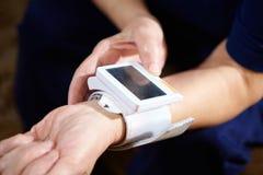 背景血液关心医生健康查出评定的耐心的压白色 免版税图库摄影