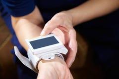 背景血液关心医生健康查出评定的耐心的压白色 免版税库存图片
