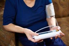 背景血液关心医生健康查出评定的耐心的压白色 免版税库存照片