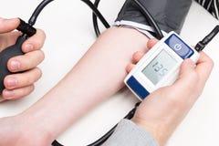背景血液关心医生健康查出评定的耐心的压白色 库存照片