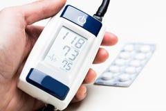 背景血液关心医生健康查出评定的耐心的压白色 库存图片