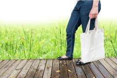 背景袋子概念行程购物的白人妇女 免版税库存图片