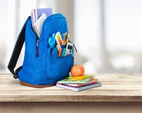 背景袋子蓝色飞行离开槭树学校 免版税图库摄影