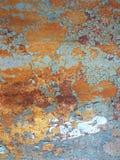 背景被腐蚀的金属 与铁锈铁锈条纹的生锈的金属背景弄脏 Rystycorrosion 库存图片
