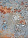 背景被腐蚀的金属 与铁锈铁锈条纹的生锈的金属背景弄脏 Rystycorrosion 库存照片