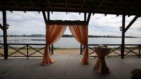 背景装饰详细资料高雅花邀请丝带婚礼 形成弧光的 笼子 在海滩设定的婚礼 婚礼曲拱 岸的宴会大厅 新娘仪式花婚礼 图库摄影
