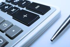 背景计算器笔白色 图库摄影