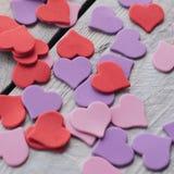 背景设计对华伦泰` s天 装饰红色紫色紫外heartsValentines天概念 免版税库存图片