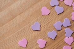背景设计对华伦泰` s天 装饰红色紫色紫外heartsValentines天概念 免版税图库摄影