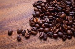 背景豆咖啡木头 免版税库存照片