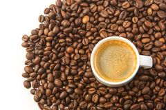 背景豆咖啡杯深度域浅白色 免版税图库摄影
