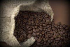 背景豆棕色咖啡自然大袋 库存图片