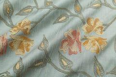 背景豪华布料或难看的东西丝绸纹理缎天鹅绒波浪折叠  图库摄影