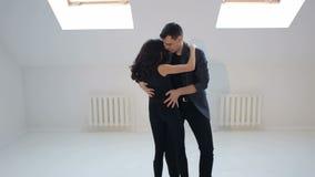 背景跳舞热情的辣调味汁空白年轻人的夫妇舞蹈演员 舞蹈演员热情的辣调味汁 影视素材