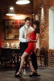 背景跳舞热情的辣调味汁空白年轻人的夫妇舞蹈演员 热情的辣调味汁丹 免版税库存图片
