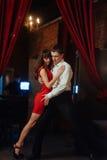 背景跳舞热情的辣调味汁空白年轻人的夫妇舞蹈演员 热情的辣调味汁丹 库存照片