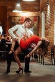 背景跳舞热情的辣调味汁空白年轻人的夫妇舞蹈演员 热情的辣调味汁丹 库存图片