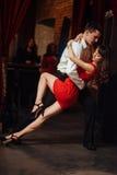 背景跳舞热情的辣调味汁空白年轻人的夫妇舞蹈演员 热情的辣调味汁丹 免版税图库摄影