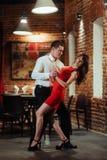 背景跳舞热情的辣调味汁空白年轻人的夫妇舞蹈演员 热情的辣调味汁 免版税库存照片