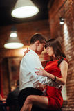 背景跳舞热情的辣调味汁空白年轻人的夫妇舞蹈演员 热情的辣调味汁 库存图片