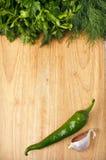 背景辣椒木大蒜的荷兰芹 图库摄影