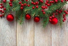 背景边界把空白圣诞节礼品金黄查出的丝带装箱 红色baubes和霍莉莓果 库存照片