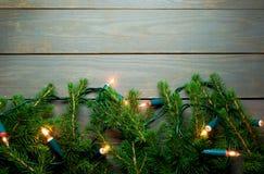 背景边界把空白圣诞节礼品金黄查出的丝带装箱 库存图片