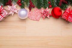 背景边界把空白圣诞节礼品金黄查出的丝带装箱 免版税图库摄影