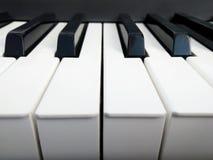 背景迷离关闭重点锁上一钢琴有选择性的白色 图库摄影