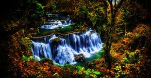 背景迷离和软的焦点Huay Mae Kamin瀑布在Thail 免版税库存图片