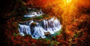 背景迷离在泰国瀑布的Huay Mae Kamin瀑布我 库存图片