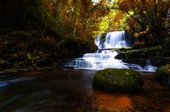背景迷离Mandang瀑布在泰国 并且普遍t 图库摄影