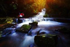 背景迷离Mandang瀑布在泰国 并且普遍t 库存图片
